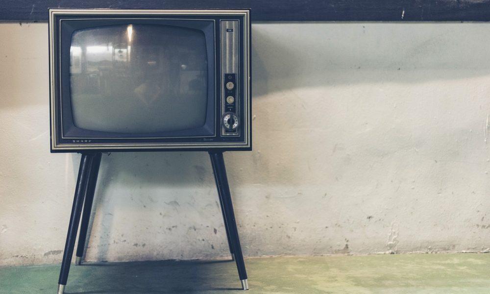Samotny wypoczynek przed telewizorem, czy też niedzielne serialowe popołudnie, umila nam czas wolny oraz pozwala się zrelaksować.